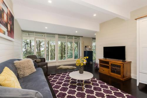 A seating area at Olinda Forest Retreat with Spa