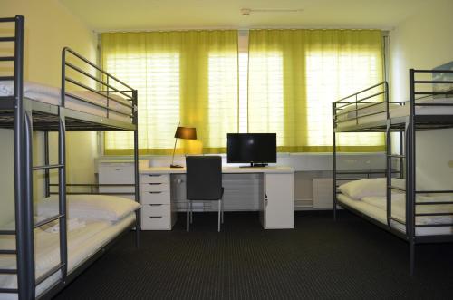 Ein Etagenbett oder Etagenbetten in einem Zimmer der Unterkunft Primestay Apartmenthaus Zürich Altstetten