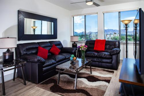 A seating area at Luxury Condos by Meridian CondoResorts- Scottsdale