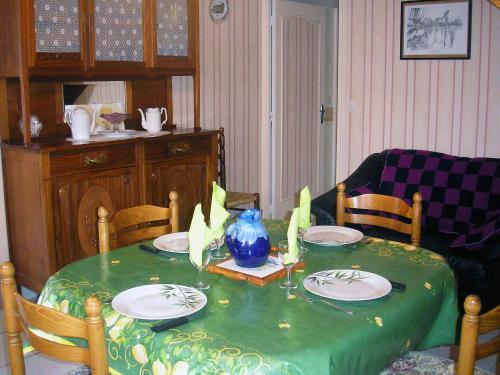 Restaurant ou autre lieu de restauration dans l'établissement Holiday Home Luzillé