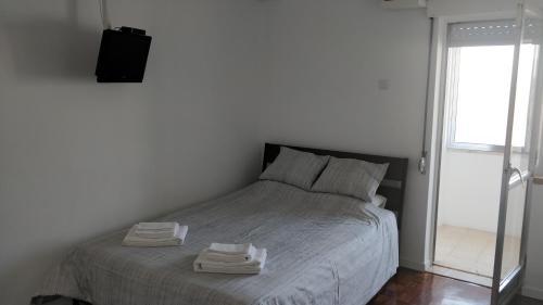A bed or beds in a room at Estúdio acolhedor na Amadora