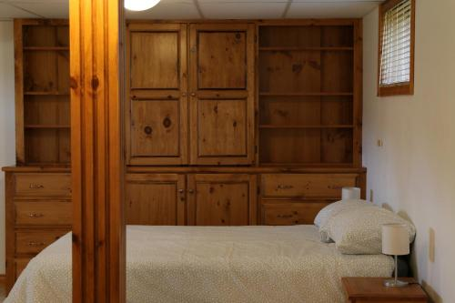 A bed or beds in a room at Spacious Cottage 10 Minutes from Wineries and Beach