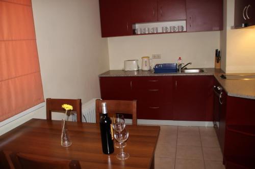 Cuisine ou kitchenette dans l'établissement PM Services Royal Plaza Apartments