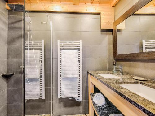 A bathroom at Welkeys - Villa Herminie Apartment