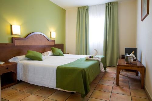 Een bed of bedden in een kamer bij Apartamentos La Caleta