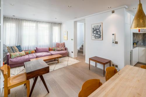 A seating area at Airy and Bright 4 bed house near Hyde Park (for 6)