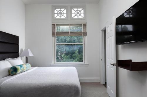 Cama o camas de una habitación en Stay Alfred at The Broderick