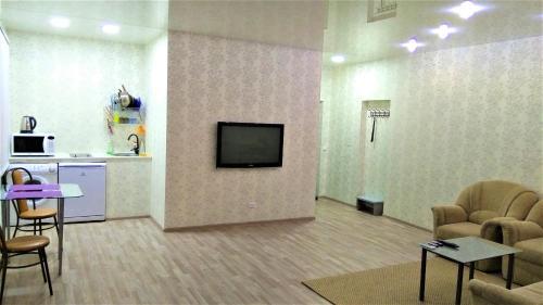 """Телевизор и/или развлекательный центр в Квартира-студия """"Атмосфера"""""""