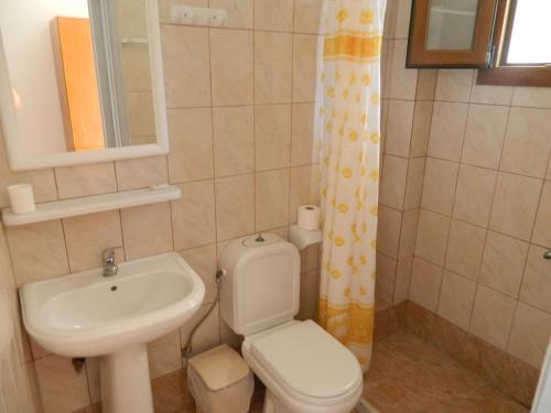A bathroom at Asteri Studios