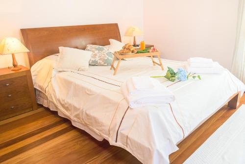 A bed or beds in a room at Feel-at-home in Machico