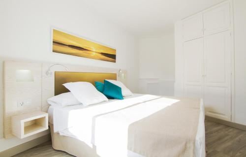 Een bed of bedden in een kamer bij Checkin Bungalows Atlántida