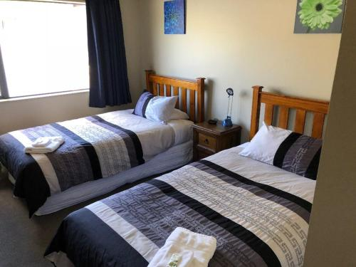 A bed or beds in a room at Lawrence Townhouse Accommodation 18A