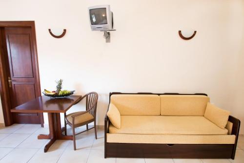 Een zitgedeelte bij Kyra Panagia ApartHotel