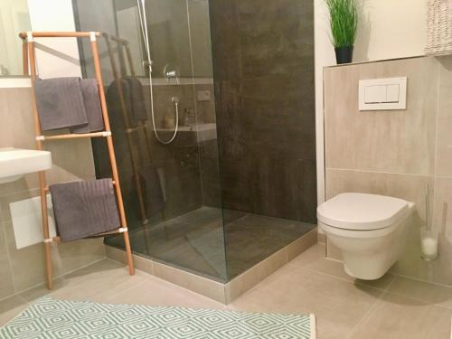 A bathroom at 5 Zimmer Loftstylewohnung in Bad Wörishofen
