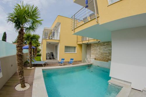 The swimming pool at or close to Villa Danex Superior