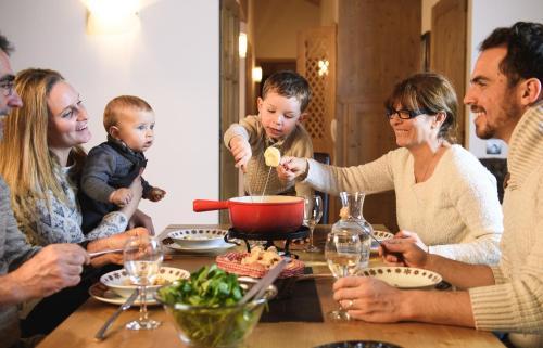 Famille séjournant dans l'établissement CGH Résidences & Spas Le Ruitor