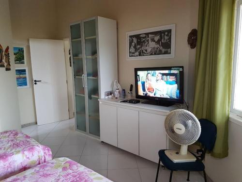 A television and/or entertainment center at Maravilhosa casa de praia