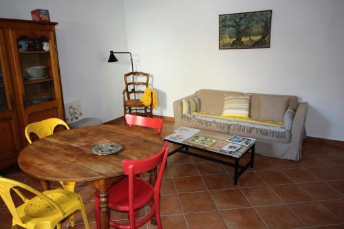 A seating area at Maison de village Ramatuelle