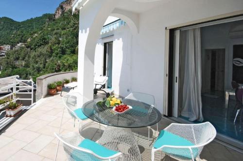 Balcone o terrazza di Positano Apartment Sleeps 2 Pool Air Con WiFi