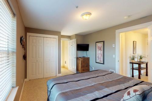 A bed or beds in a room at Westhaven Park View