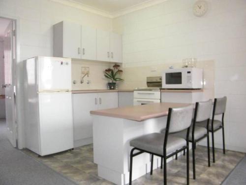 A kitchen or kitchenette at Forster Lodge 16, Cnr Wallis & West Streets, Forster