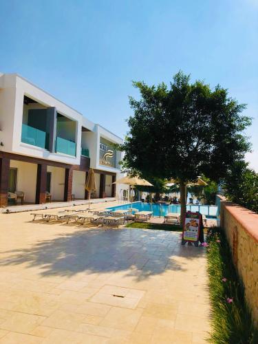 Der Swimmingpool an oder in der Nähe von Zest Exclusive Hotel