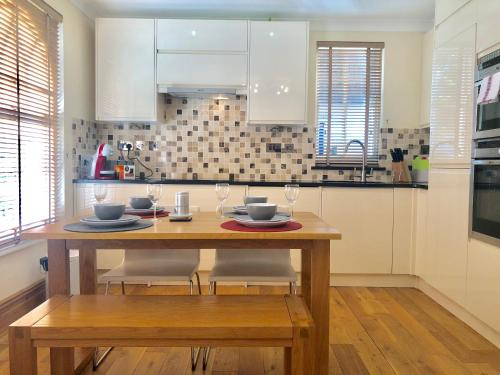 A kitchen or kitchenette at Comfy 2 Beds Apartment near Mornington Crescent by City Stay London