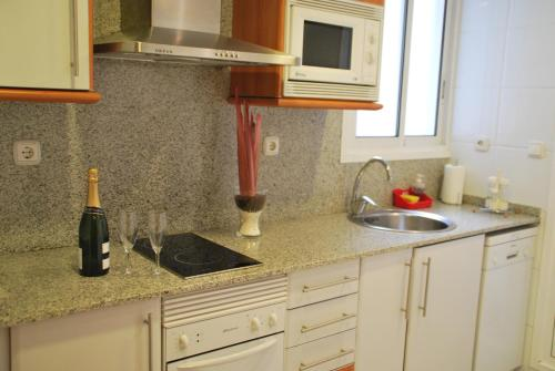 A kitchen or kitchenette at Suites Marina - Abapart