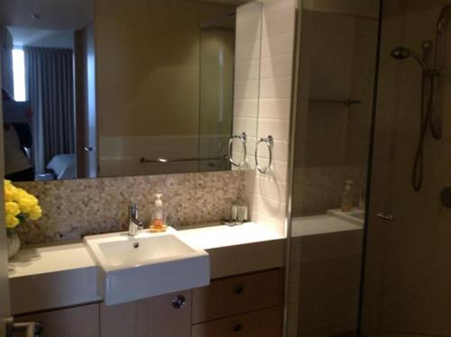 A bathroom at Marina Front Apartment