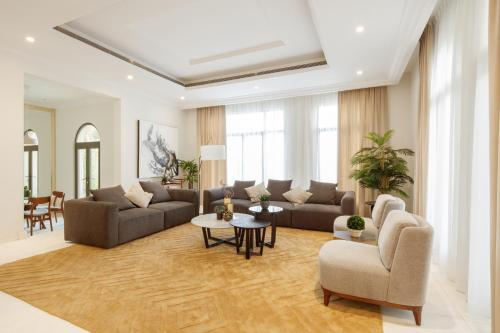 A seating area at Fantastay Villa with Private Beach - Palm Jumeirah
