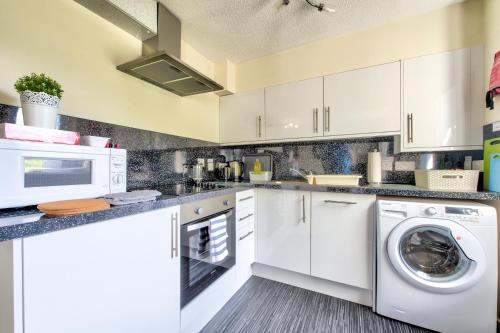 A kitchen or kitchenette at Stunning Studio Apartment Castle View