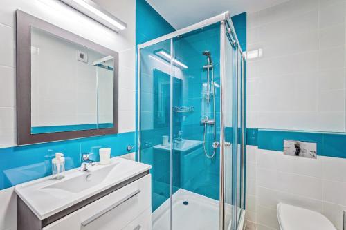 A bathroom at Good Time Apartments Strzelecka III