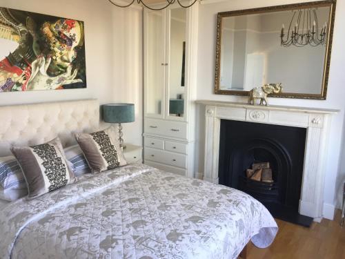 Een bed of bedden in een kamer bij Ground Floor apartment Wells Road