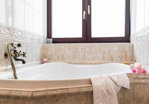 A bathroom at Apartament nad Cukiernią