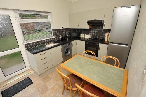 A kitchen or kitchenette at Belle-Vue Apartments