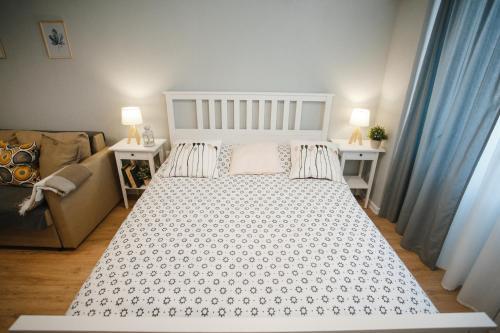 """Кровать или кровати в номере Двухкомнатные апартаменты """"Сканди"""""""