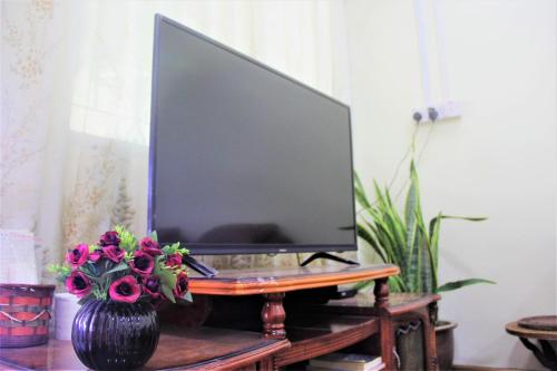 A television and/or entertainment center at Spacious! Kudat D's House // 婆罗洲 — 古达舒适小区