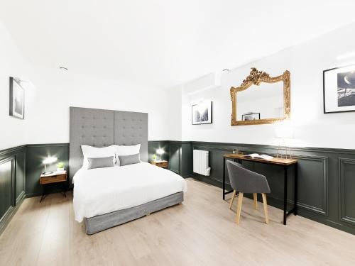 A bed or beds in a room at THE RESIDENCE - LUXURY 3 BEDROOM PARIS CENTER