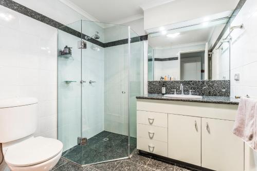 A bathroom at 2 BR City Apartment with Rooftop Pool