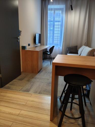 Uma televisão e/ou sistema de entretenimento em H33 Apartamenty