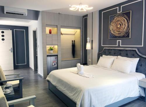 A bed or beds in a room at Hoi An Memority Villas & Spa