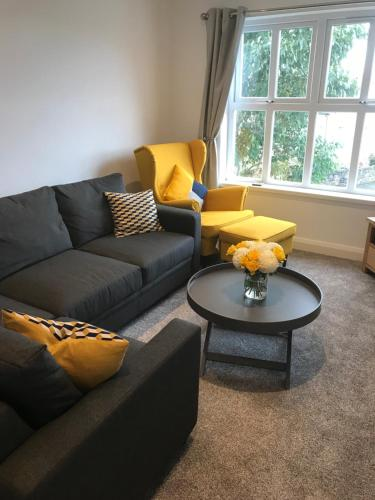 A seating area at Bush View Apartment