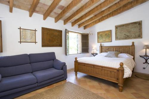 A bed or beds in a room at Villa Es Coco