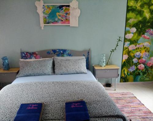 Ein Bett oder Betten in einem Zimmer der Unterkunft Night Galleria - bed & art