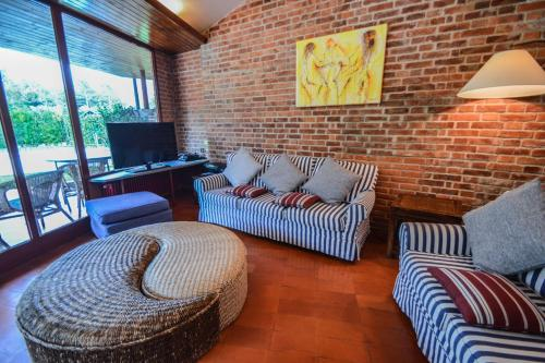 Area soggiorno di Massa Villa Sleeps 12 Pool Air Con