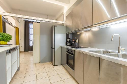 A kitchen or kitchenette at Industrial loft in the heart of the city