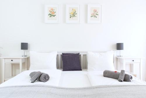 A bed or beds in a room at Central Bright & Cozy Apartments
