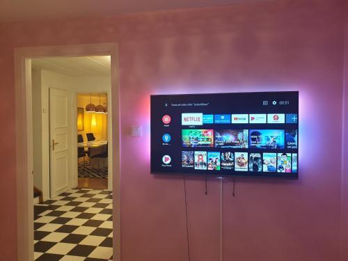 A television and/or entertainment center at Hög , 7 minuter från Hudiksvall