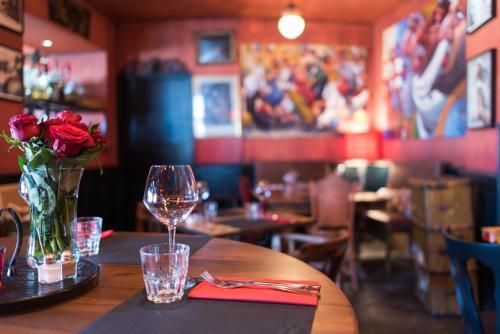 Restaurant ou autre lieu de restauration dans l'établissement Le Loft du Cargo