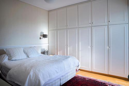A bed or beds in a room at Luxury 3 bdrm Apartment - split level with large terrace and Sea view - 6 & 1p,